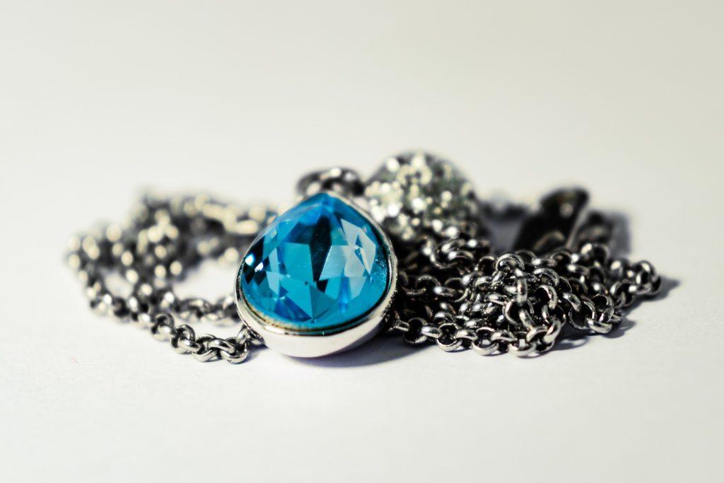 Bijoux et pierres des noces de mariage