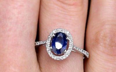 Bague-saphir-ovale-entourage-diamant-or-blanc-18-carats(3)