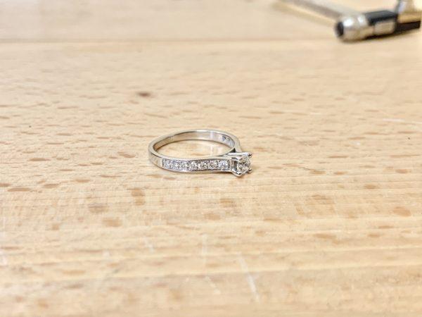 solitaire-diamant-accomapgné-or-blanc-0-50-carat