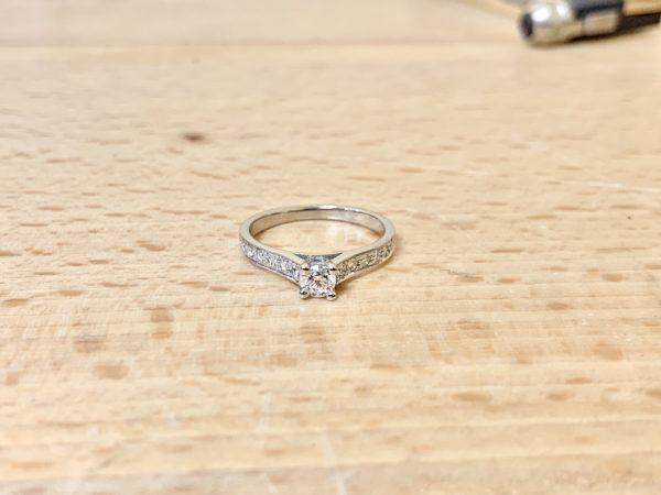 solitaire-diamant-accomapgné-or-blanc-0-50-carat-3