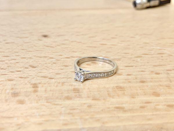 solitaire-diamant-accomapgné-or-blanc-0-50-carat-2