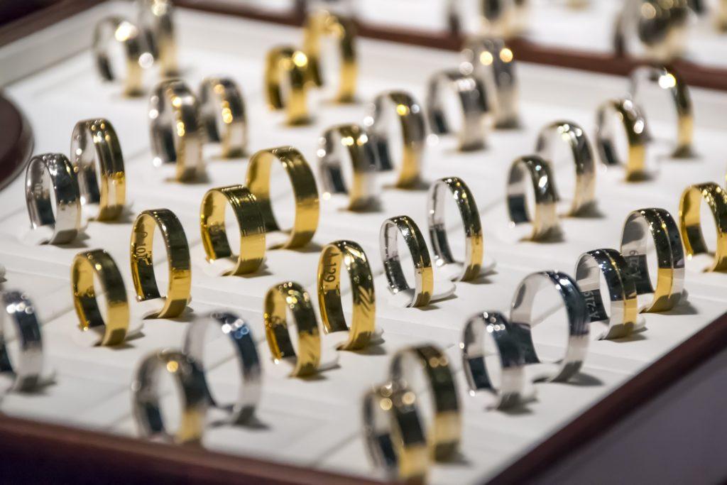 """travail de l""""or pour créer des bagues"""