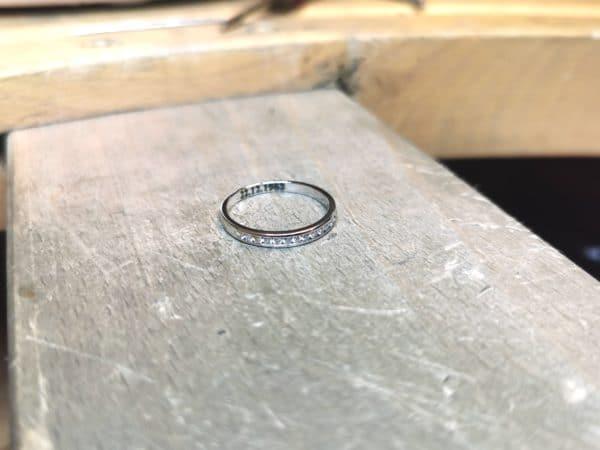 alliance-diamant-serti-rail-petit-modele-or-blanc-2