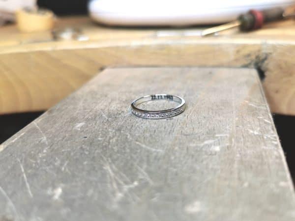 alliance-diamant-serti-rail-petit-modele-or-blanc