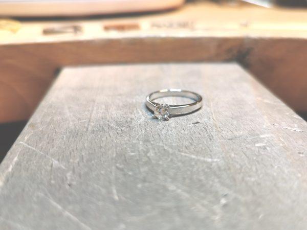 solitaire-diamant-or-blanc-18-carats-diamant-4-griffes-2
