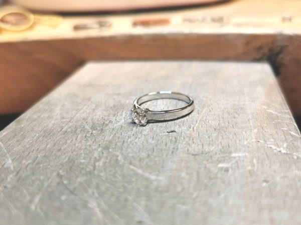 solitaire-diamant-or-blanc-18-carats-diamant-4-griffes-3