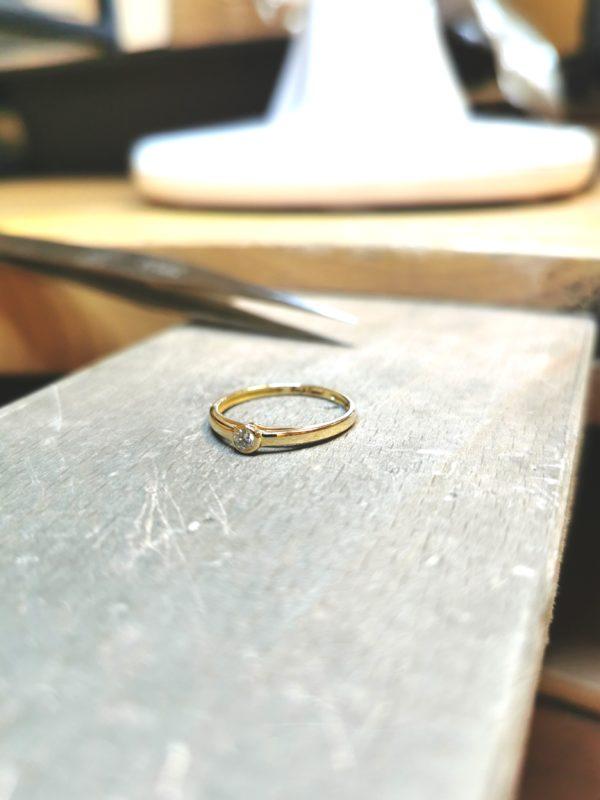 Solitaire-diamant-or-jaune-serti-clos