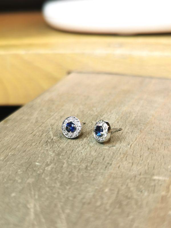 boucles-d-oreilles-saphir-entourage-diamant-or-blanc