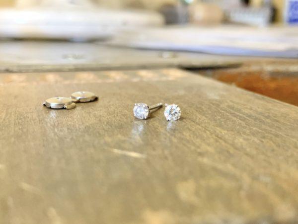 boucle-d-oreille-diamant-4-griffes-puces-or-blanc