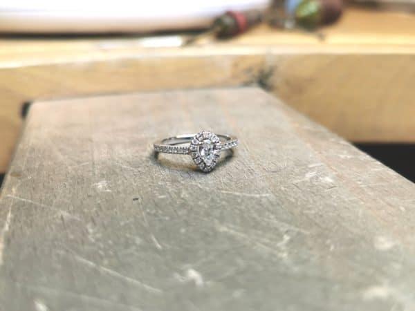 solitaire-diamant-entourage-poire-accompagne-2