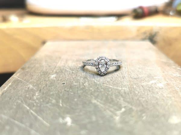 solitaire-diamant-entourage-poire-accompagne