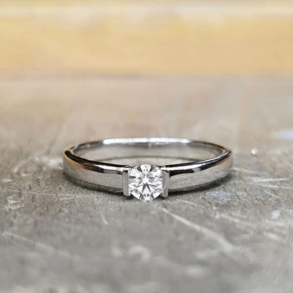 Solitaire-diamant-Or-blanc-Subtilite (1)