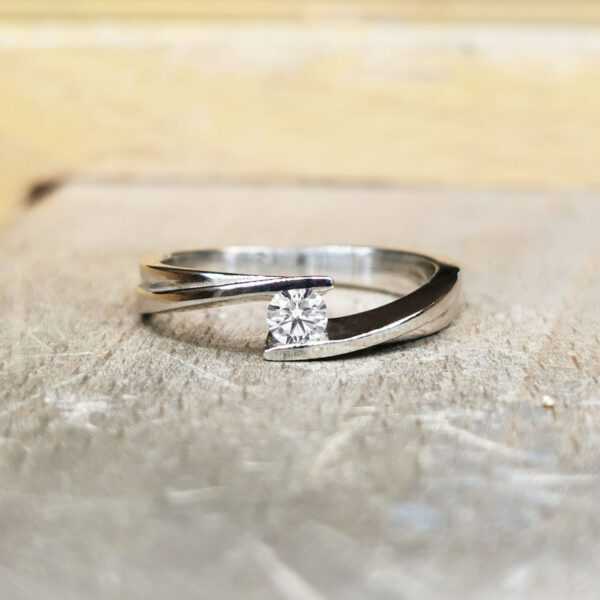 Solitaire-diamant-ajoure-pince-or-blanc-18-carats