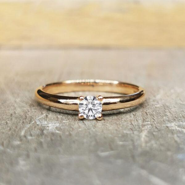 Solitaire-diamant-fil-rond-4-griffes-or-rose-18-carats