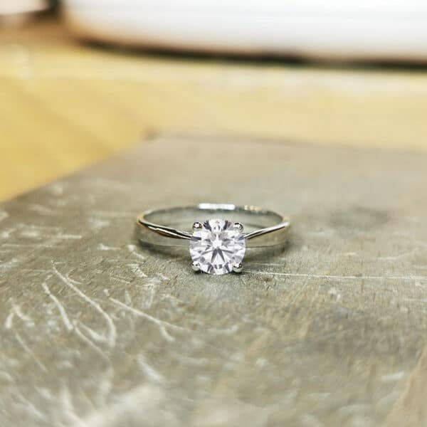solitaire-diamant-1-carat-or-blanc-18-carats